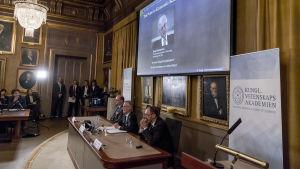 Bengt Holmström tilldelas Sveriges Riksbanks pris i ekonomisk vetenskap till Alfred Nobels minne.