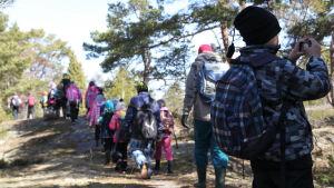 barn på utflykt i skog