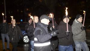 Suomen Vastarintaliikkeen aktivisteja 612-soihtukulkueessa itsenäisyyspäivänä 2014.