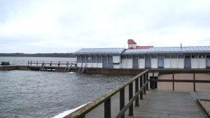 Siminrättningen Simmis står öde i Ekenäs. I bakgrunden syns tornet av restaurang Knipan.