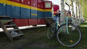 Polkupyörä Sikrus Finlandian asuinvaunujen edessä.