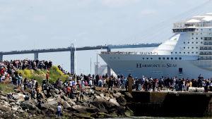 Världens största kryssningsfartyg lämnade varvet i Frankrike.