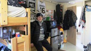Kasper Björkqvist i sitt rum som han delar med två andra hockeyspelare.