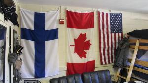 I Kasper Björkqvists rum på campuset finns Finlands, Kanadas och USA:s flaggor på väggen.