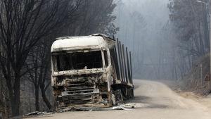 Lastbil förstörd i de omfattande bränderna i Portugal.