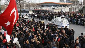 Gülenister i samband med en protest i mars 2016. De protesterar mot att turkiska regeringen tar över den stora oppositionstidningen Zaman.