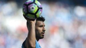 Sergio Agüero med en boll i handen.