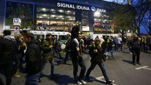 Publiken lämnar fotbollstadion i Dortmund efter att Borussia Dortmund-matchen ställdes in den 11 april 2017, på grund av en explosion i spelarbussen.