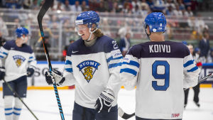 Patrik Laine och Mikko Koivu på isen.