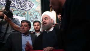 Den sittande presidenten Hassan Rouhani röstar i en vallokal i Teheran.