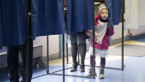 Liten flicka i vallokal i Henin-Beaumont i norra Frankrike.