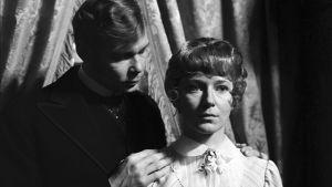 Risto Aaltonen ja Pirkko Peltomäki televisioteatterin näytelmässä Nukkekoti vuonna 1968.