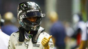 Nico Rosberg ger tummen upp efter tidskvalet i Singapore.