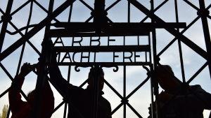 Efter stölden 2014 monterades en ny port i Dachau i april 2014.