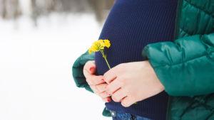 Gravid kvinna utomhus.