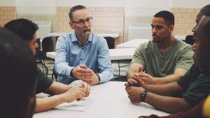 Den norska fängelsechefen Jan Strømnes diskuterar med intagna på det amerikanska Atticafängelset.