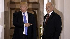 Donald Trump och John Kelly ler mot kamerorna.