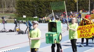 Degerbyskola tågar in på stafettkarnevalen