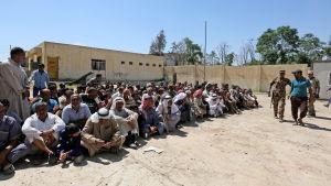 Evakuerade civila män vid en säkerhetskontroll i Mosul där man granskar att ingen är en medlem av IS