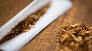 En ickerullad cigarett ligger på ett bord.