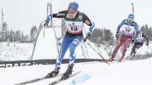 Matti Heikkinen åker skidor.
