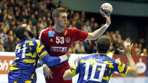 Österrikes Nikola Bilyk i kläm mellan Vladimir Vranjes och Marko Panic i EM-kvalet i november.