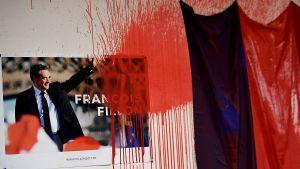 Röd målfärg på Francois Fillons valaffisch i Republikanernas vandaliserade partilokal i Grenoble 21.3.2017