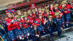 Spelare i Edsbyn firar guldet.