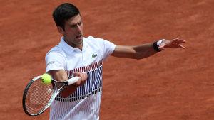 Novak Djokovic slår bollen