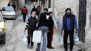 Över fem miljoner människor i och omkring Damaskus lider brist på rent vatten enligt FN. Rebellerna har nu gått med på att regeringen reparerar en skadad reservoar