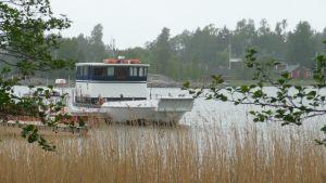 Pörtö Lines båt vid bryggan på Pörtö.