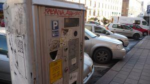 Bilar parkerade vid en p-automat.