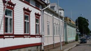 Rad av trähus i Nystad.