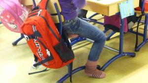 Skolväska i skolan.