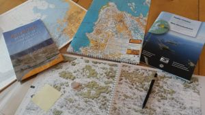 Sjökort och kartor på ett bord
