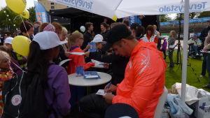 Många barn ville få en autograf från de toppidrottare som deltar i Paavo Nurmi Games.