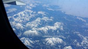 Man flyger över alperna på väg till Milano.