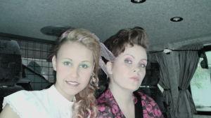 Jane ja Tiia menossa kuuntelemaan Eveä.
