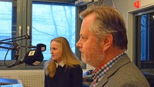Emma Mustala och professor Jan Sundberg i studion.