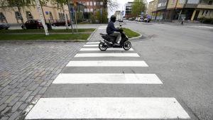 Moped på övergångsställe