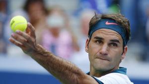 Roger Federer servar vid US Open i tennis 2015.
