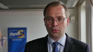 Försvarsminister Jussi Niinistö ger intervju i Kotka, Sannfinländarnas riksdagsgrupps sommarmöte 2015