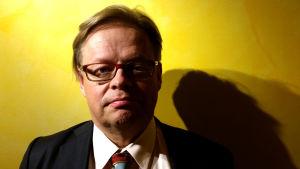 Juhan Vartiainen katsomassa Ryhmäteatteri Eduskunta 3 -näytelmää syksy 2015