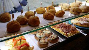 Ruokia baaritiskillä Espanjassa