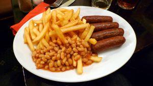 Pommes frites, vita bönor och vegetarisk korv.