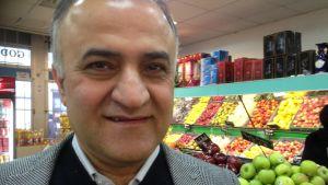 Med belysning och fler vakter kunde fler kvinnor känna sig trygga här, säger affärsägaren Salam Kurda.