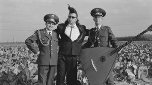 Mato Valtonen ja kaksi puna-armeijan kuoron muusikkoa kaalipellolla.