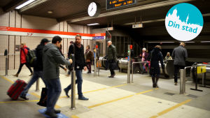 En metrostation med passagerare.