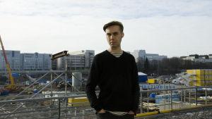 Antti Nylén Pasilan rakennustyömaan edessä