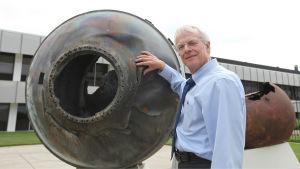 Tohtori Bill Ailor on tutkinut avaruusalusten ja avaruusromun fysiikkaa vuosikymmenien ajan.